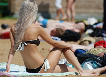 Lorsqu'aucune illustration en rapport avec le sujet n'est possible facilement, une photo d'une fille à la plage offre une belle alternative