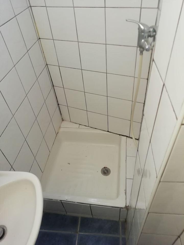 La douche avant travaux dans l'investissement locatif de Fadil à Toulon