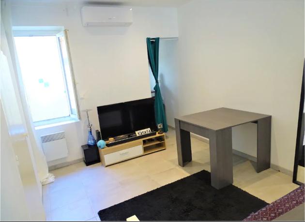 Le salon et sa table qui s'ouvre pour accueillir plus de convives dans l'appartement que Fadil loue en meublé.