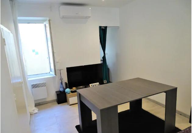 Le salon et sa table qui s'ouvre pour accueillir plus de convives dans l'appartement que Fadil loue en meublé et en location courte durée.